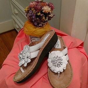 Clarks white flower thong sandal
